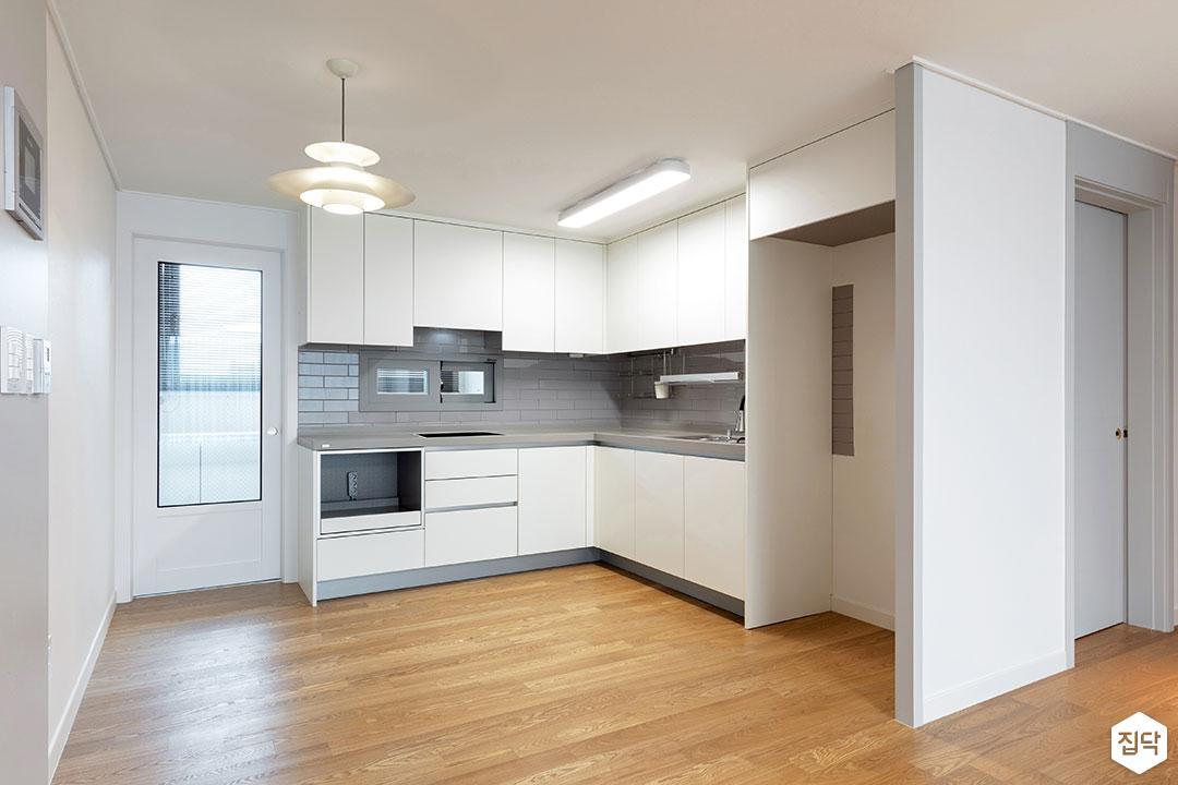 주방,화이트,모던,펜던트조명,냉장고장,ㄱ자싱크대,매트화이트,가벽