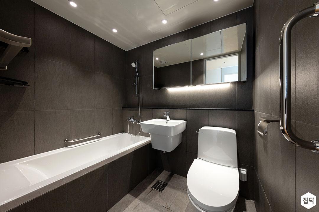 블랙,욕실,모던,욕조,세면대,양변기,간접조명,다운라이트조명,젠다이,보조손잡이