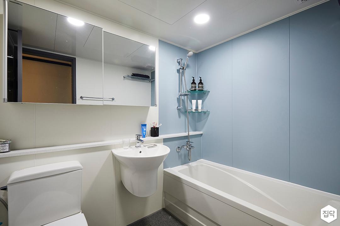 욕실,모던,심플,화이트,블루,양변기,세면대,젠다이,슬라이딩거울장,코너선반