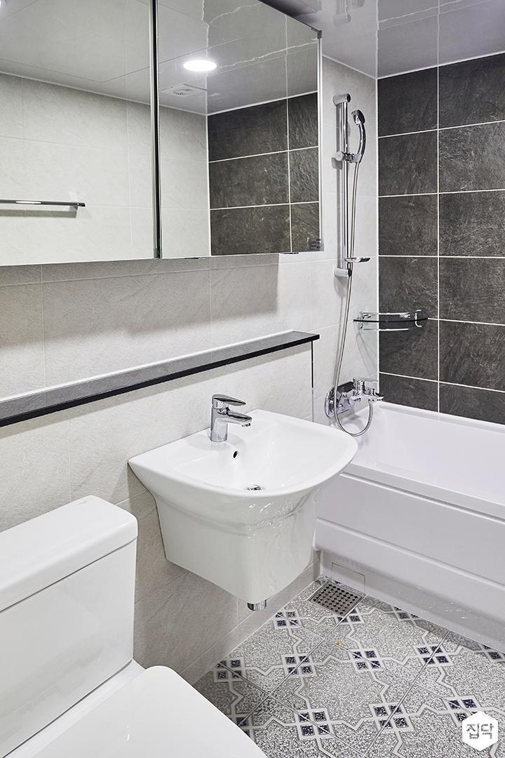 화이트,심플,모던,슬라이딩거울,욕조,세면대,샤워기