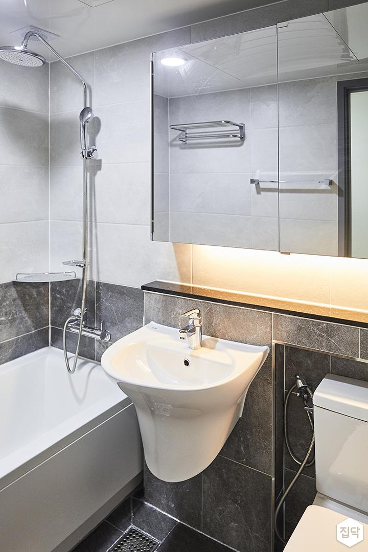 화이트,그레이,심플,모던,간접조명,수납거울,세면대,욕조,샤워기,화장실