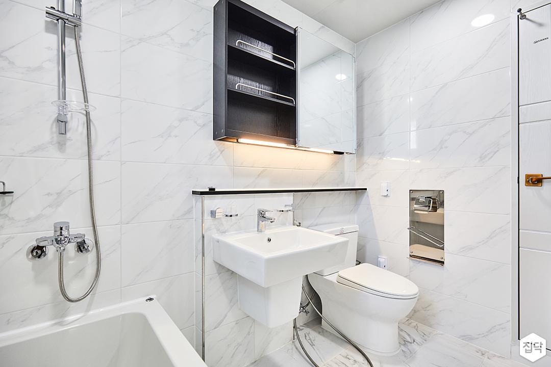 욕실,화이트,심플,비앙코카라라패턴,세면대,젠다이,양변기,간접조명