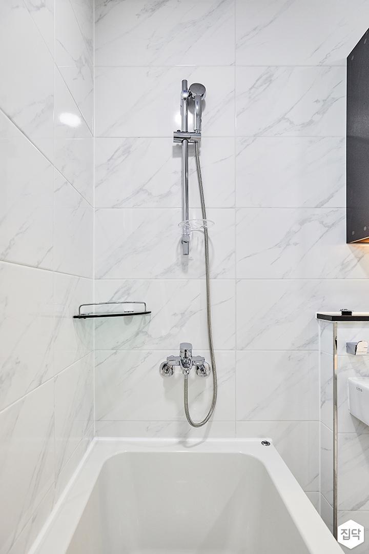 욕실,화이트,심플,비앙코카라라패턴,간접조명,욕조,코너선반