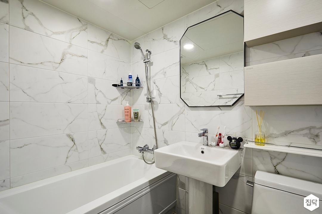 욕실,비앙코카라패턴,욕조,세면대,수납장,화이트,모던