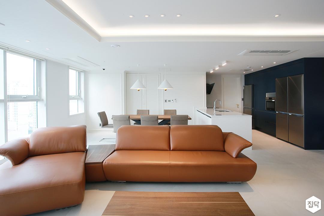 거실,화이트,모던,우물천장,간접조명,소파,브라운,테이블