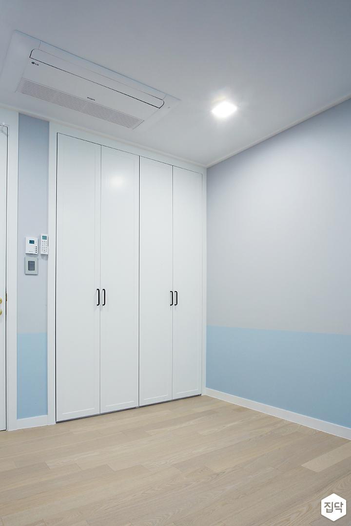 방,그레이,블루,루바,수납장,다운라이트조명,붙박이장