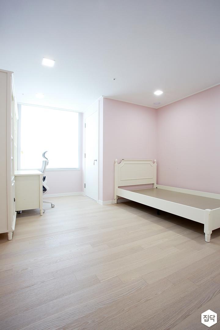 방,핑크,침대,책상,다운라이트조명,모던
