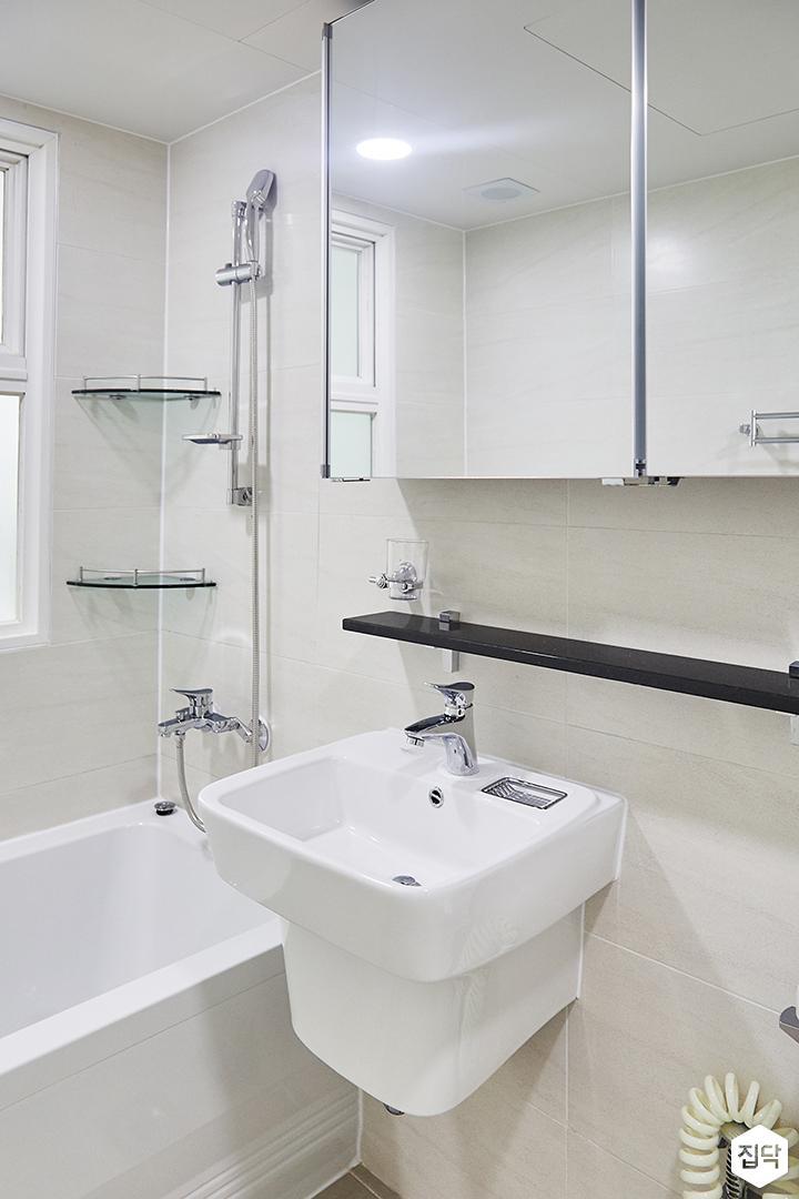 화이트,심플,모던,세면대,슬라이딩거울,샤워기,욕조