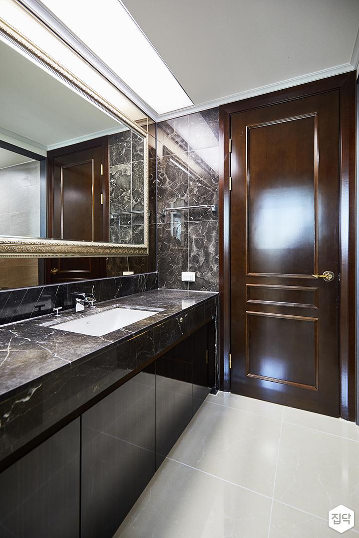 브라운,클래식,모던,폴리싱타일,거울,세면대,수납장,화장실