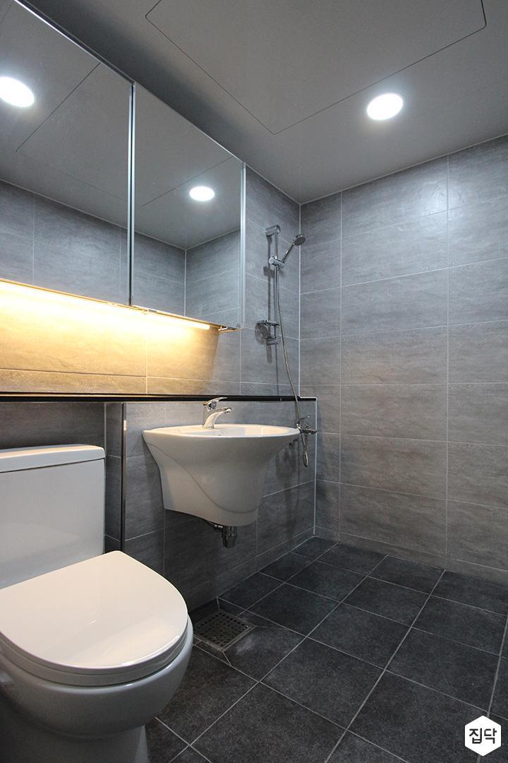 욕실,그레이,모던,간접조명,슬라이딩거울장,다운라이트조명,세면대,젠다이,양변기