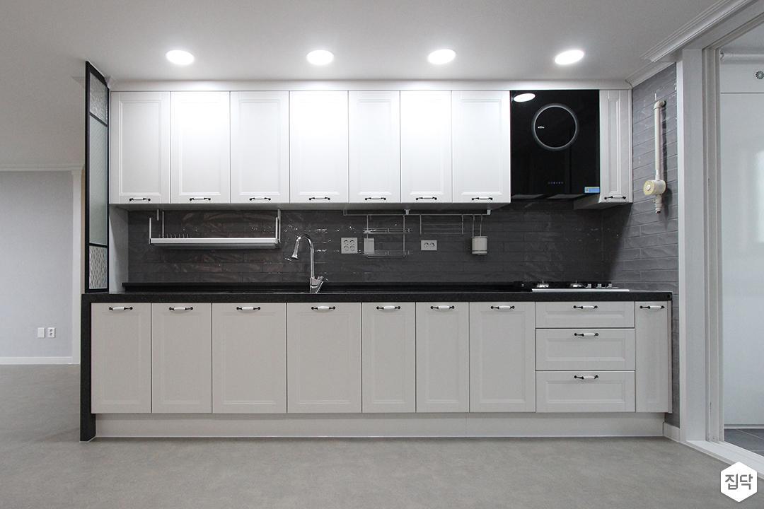 주방,화이트,블랙,ㅡ자싱크대,다운라이트조명