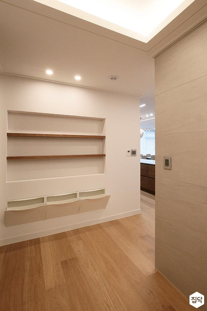 현관,신발장,모던,간접조명,다운라이트조명,선반,화이트