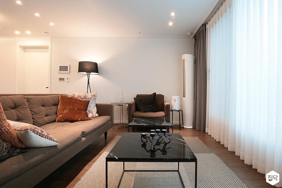 거실,소파,테이블,다운라이트조명,커튼,스탠드조명,간접조명,모던