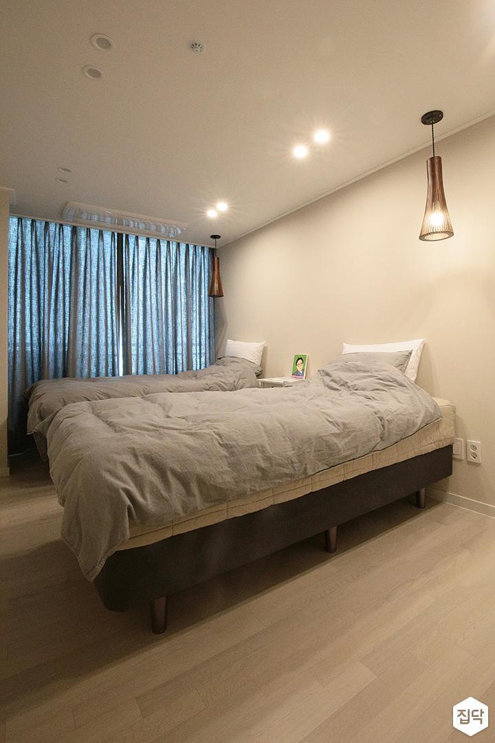 방,안방,침대,다운라이트조명,펜던트조명,강마루,화이트,모던