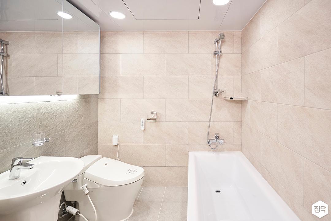 베이지,심플,모던,슬라이딩거울,간접조명,세면대,욕조,샤워기,화장실