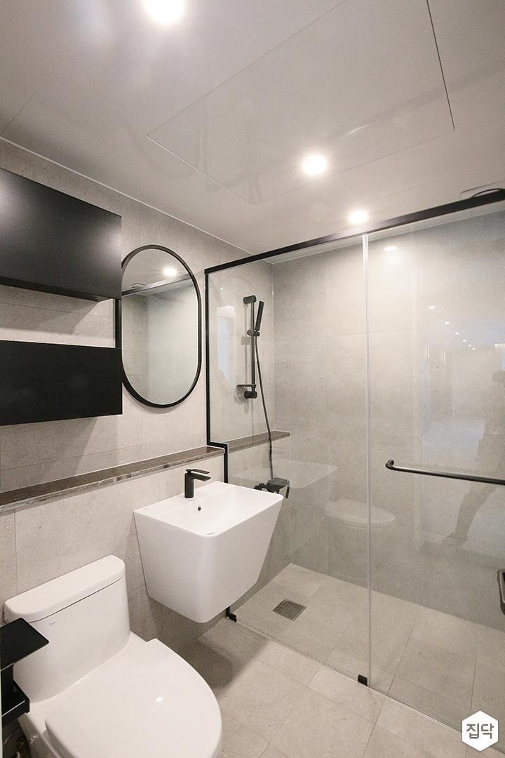 욕실,화이트,모던,샤워부스,세면대,젠다이,거울,수납장,다운라이트조명