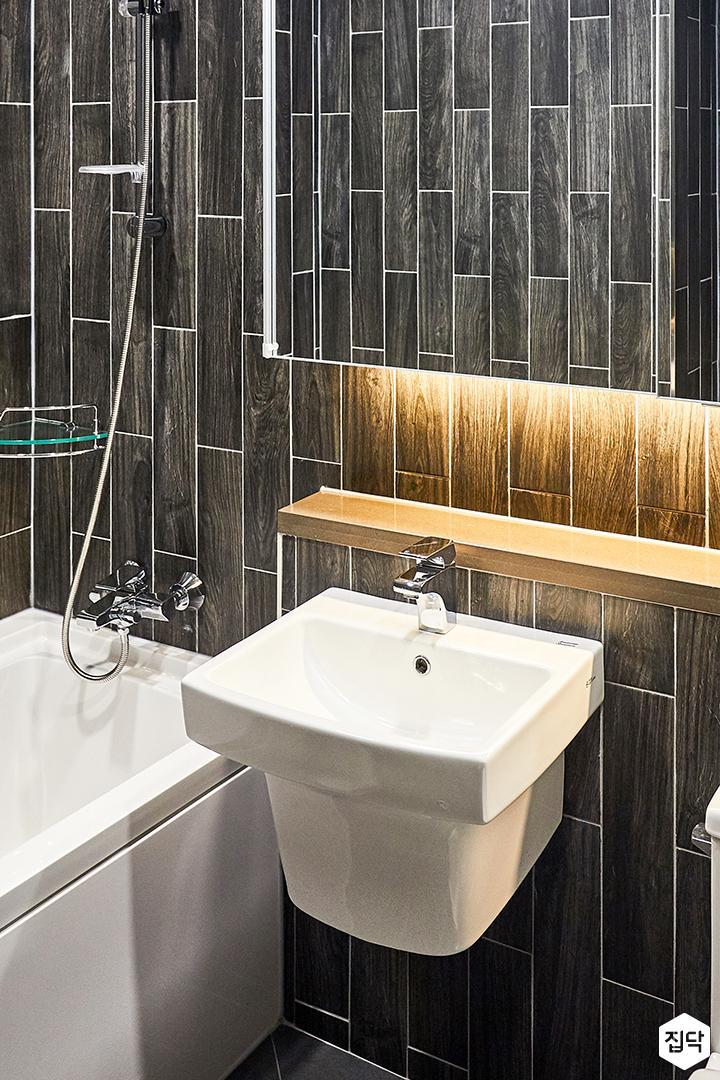블랙,모던,수납거울,간접조명,세면대,욕조,화장실