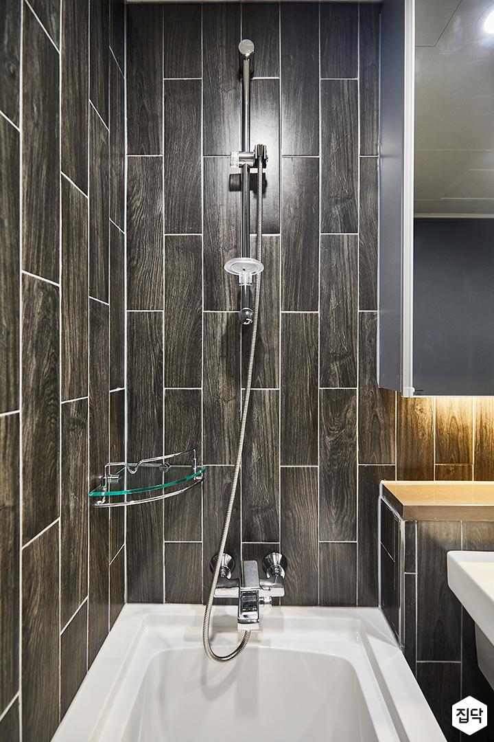 블랙,모던,수납거울,간접조명,욕조,화장실