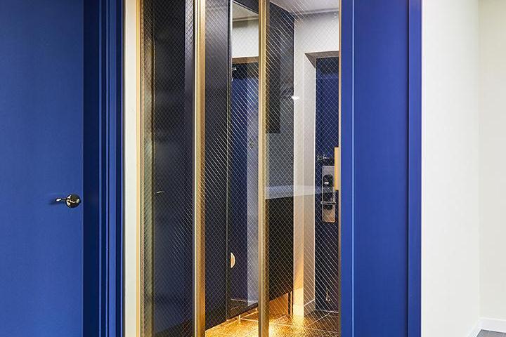 현관,모던,럭셔리,블루,골드,중문,3연동도어,간접조명
