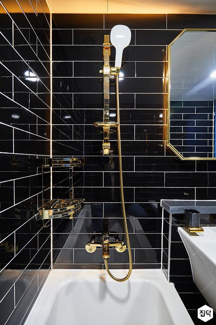 욕실,럭셔리,블랙,골드,간접조명,욕조,코너선반