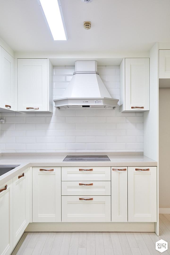 주방,클래식,화이트,ㄱ자싱크대,웨인스코팅,냉장고장,가스후드