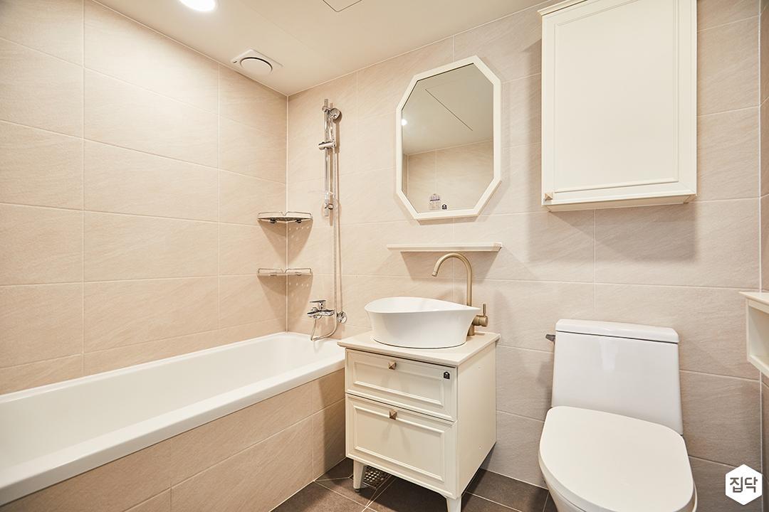 욕실,클래식,화이트,웨인스코팅,세면대,욕조,수납장