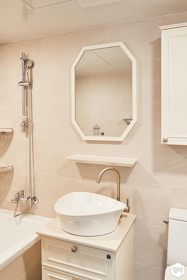 욕실,클래식,화이트,웨인스코팅,세면대,수납장