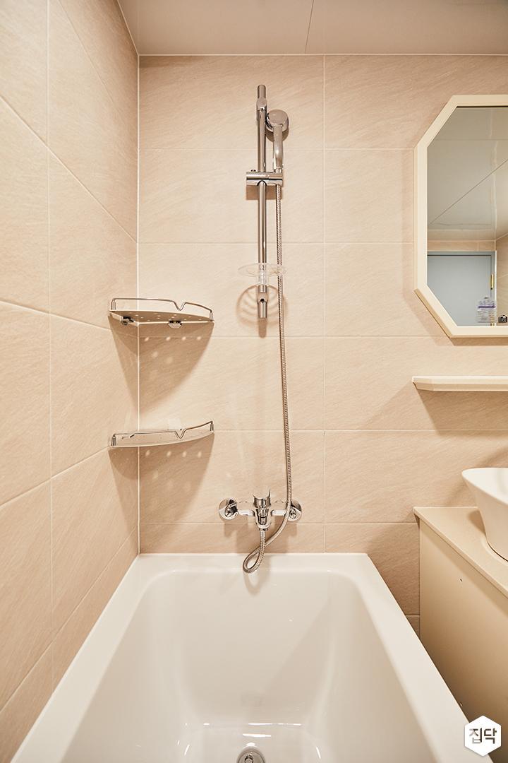 욕실,클래식,화이트,욕조,코너선반