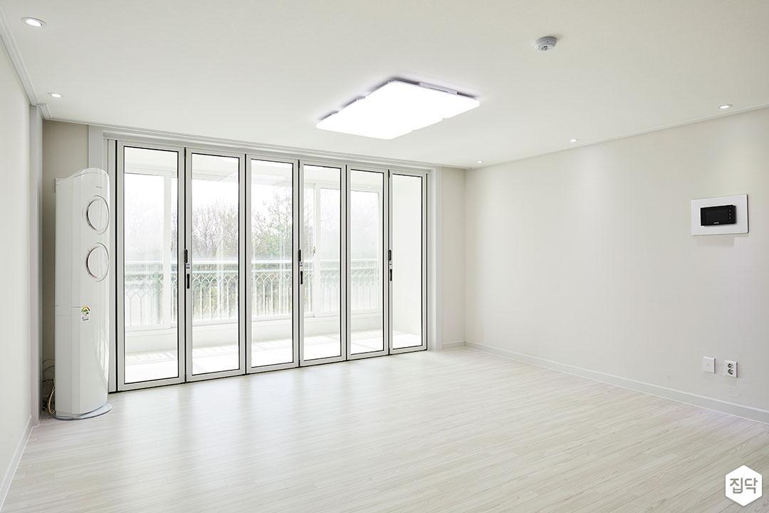 거실,화이트,모던,강마루,폴딩도어,LED조명,다운라이트조명