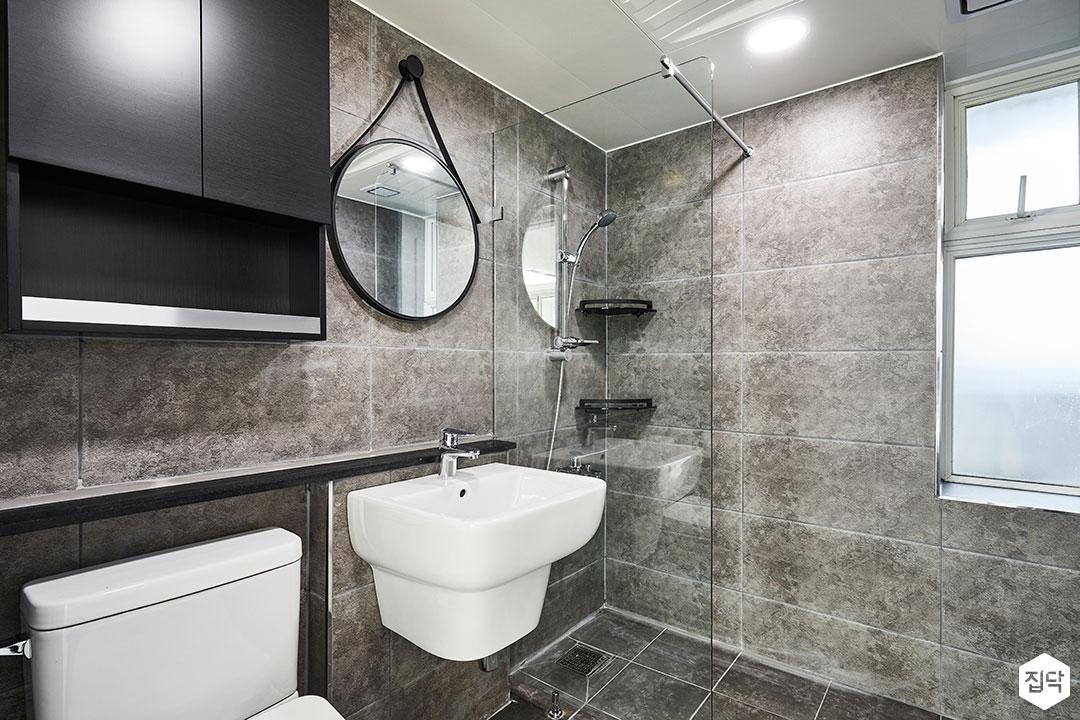 욕실,그레이,모던,대리석패턴,유리파티션,세면대,블랙,거울,수납장