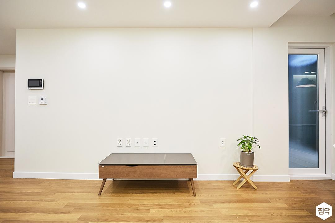 거실,화이트,모던,TV선반,다운라이트조명,주방,식물소품