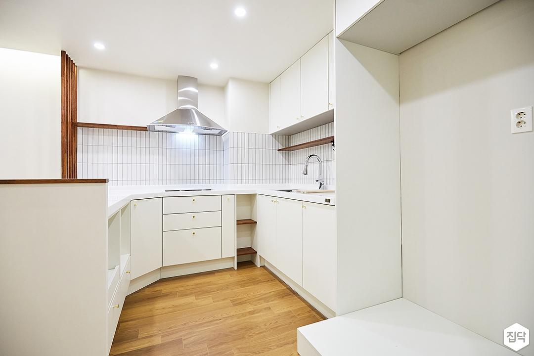 주방,화이트,모던,다운라이트조명,냉장고장