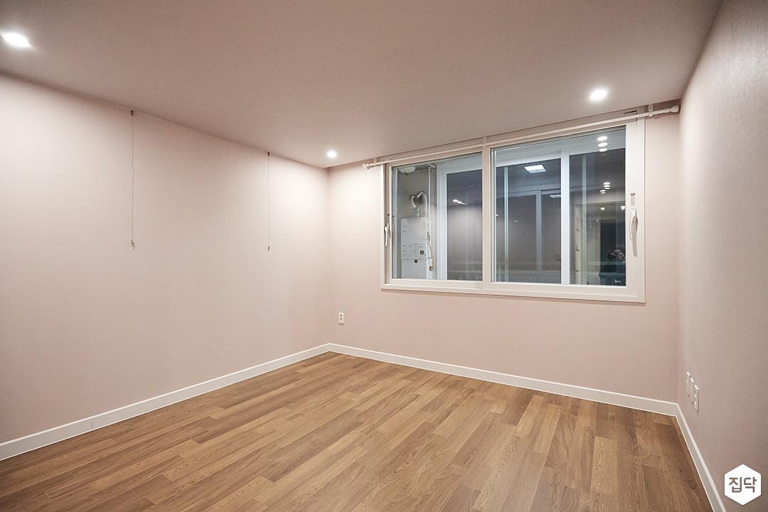 방,핑크,다운라이트조명,우드,강마루,액자레일