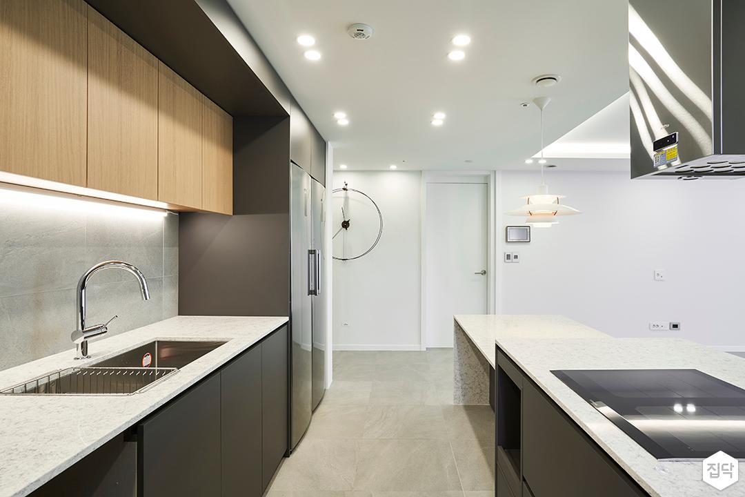 주방,모던,그레이,다운라이트조명,간접조명,ㅡ자싱크대,냉장고장