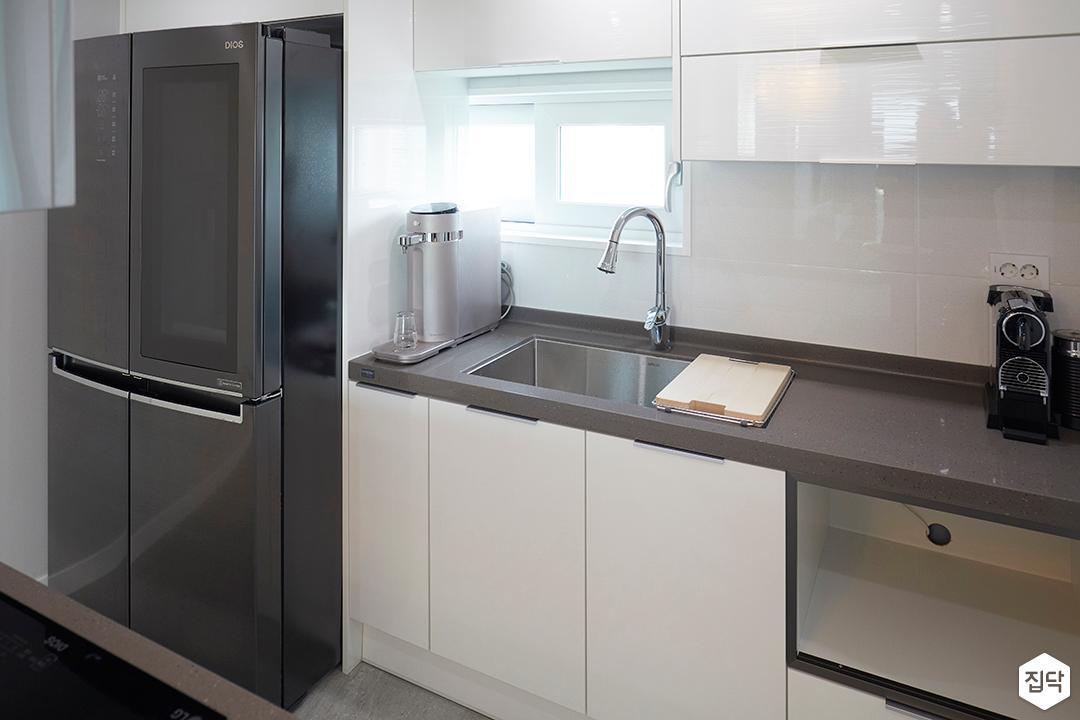 주방,심플,화이트,다운라이트조명,ㅡ자싱크대,가스후드,냉장고장