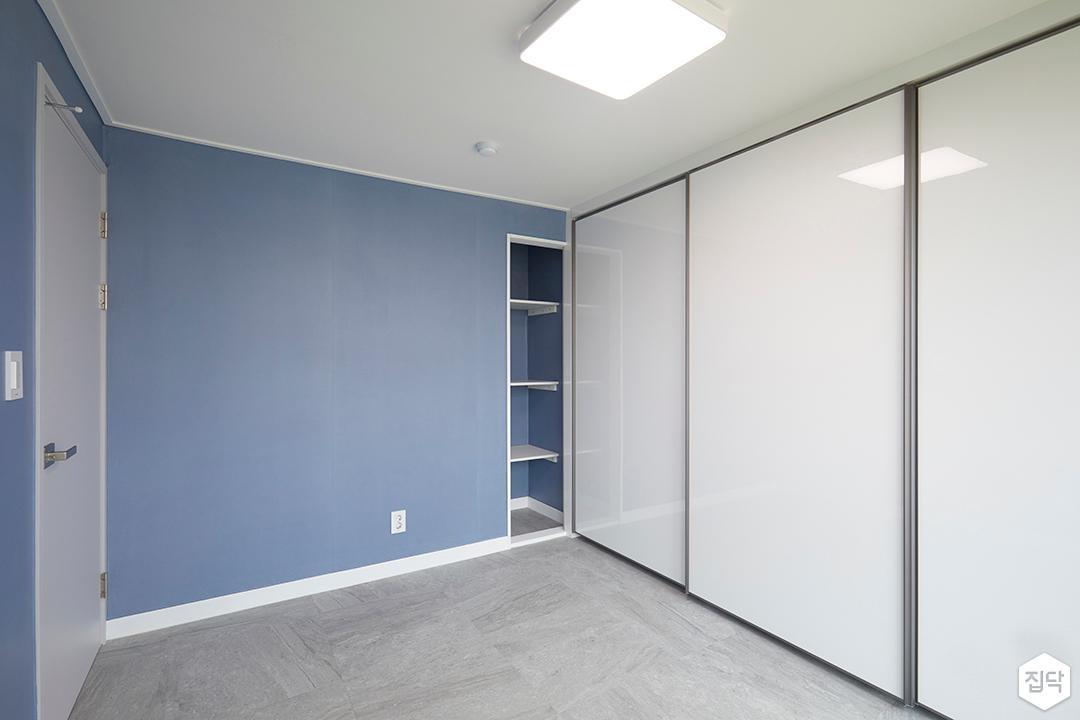 방,심플,블루,화이트,슬라이딩붙박이장,led조명,무지주선반
