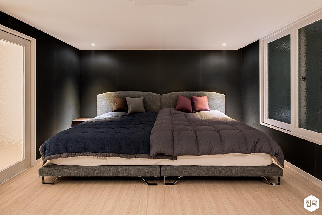 방,블랙,모던,침대,다운라이트조명