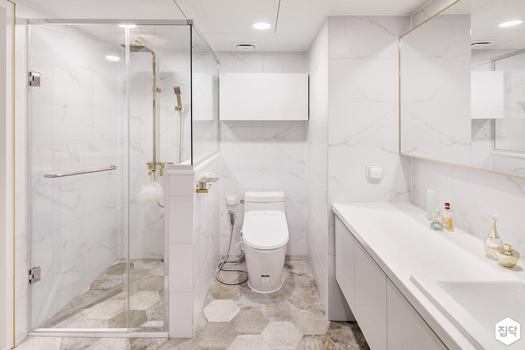 방,화이트,모던,럭셔리,간접조명,거울,수납장,비앙코카라라패턴,헥사곤패턴,샤워부스,골드