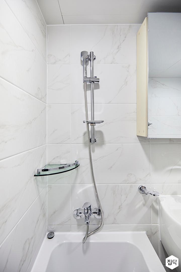 욕실,심플,비앙코카라라패턴,화이트,슬라이딩거울장,욕조,코너선반