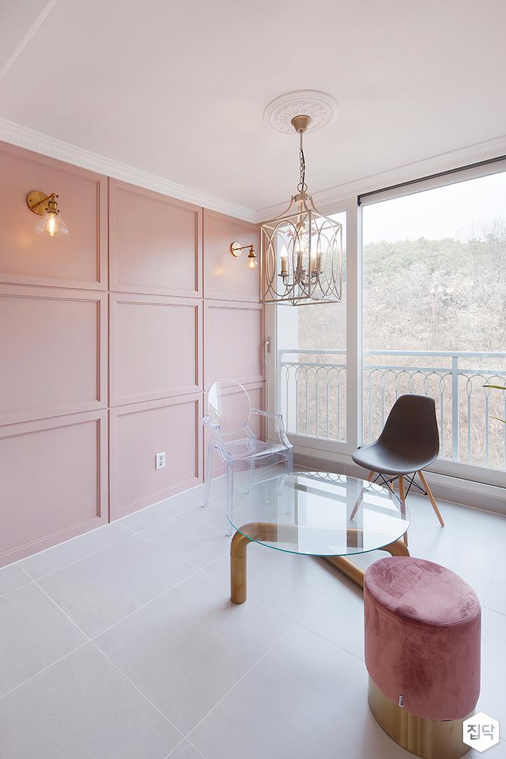 핑크,펜던트조명,포세린타일,브라켓조명,테이블,의자