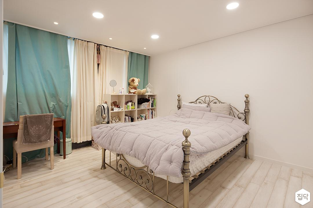 방,침대,화이트,다운라이트조명,커튼