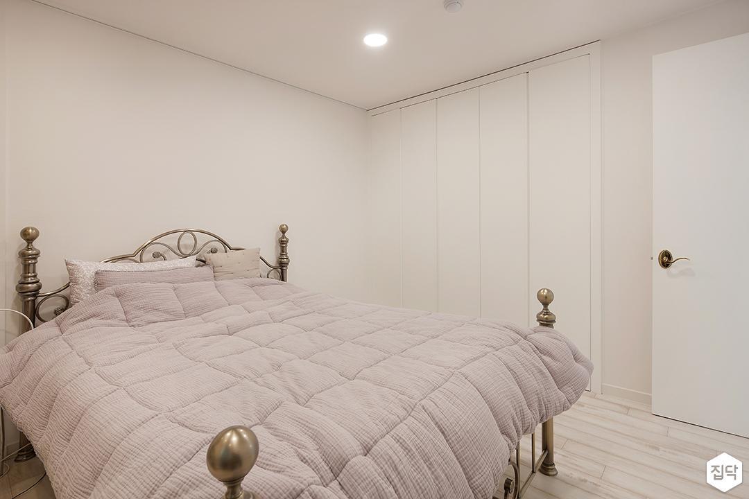 붙박이장,방,침대,화이트,다운라이트조명