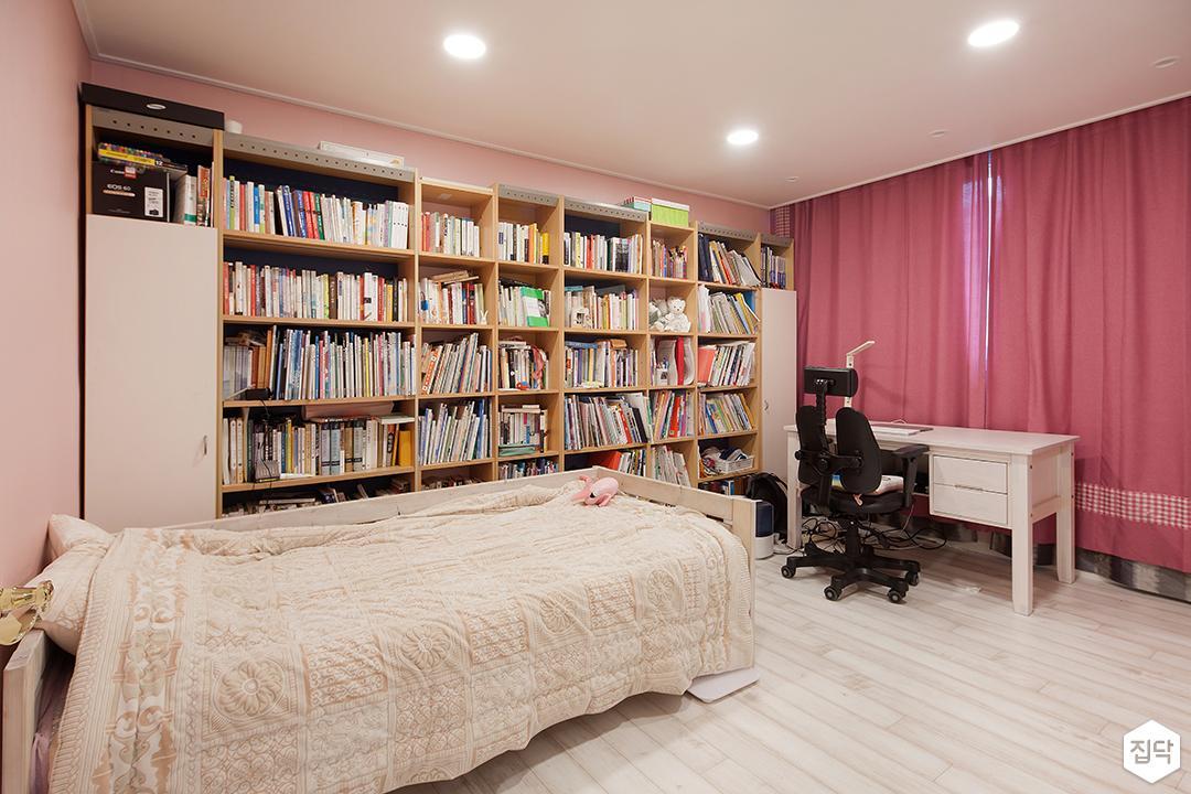 방,책장,화이트,모던,다운라이트조명,커튼,침대
