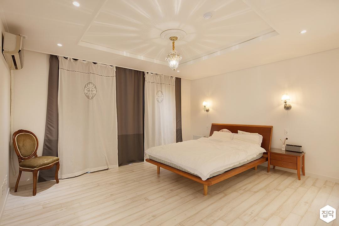 방,화이트,펜던트조명,침대,브라켓조명,커튼