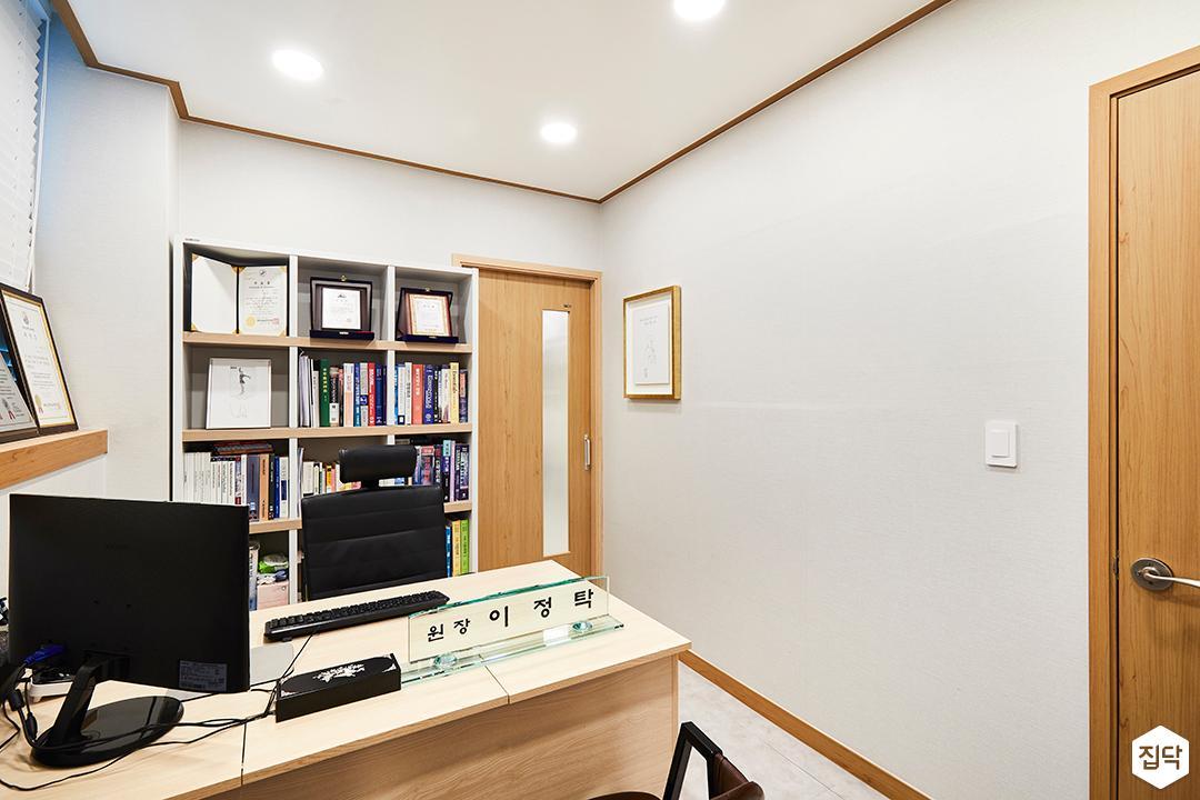 진료실,내츄럴,브라운,다운라이트조명,블라인드,책장,테이블