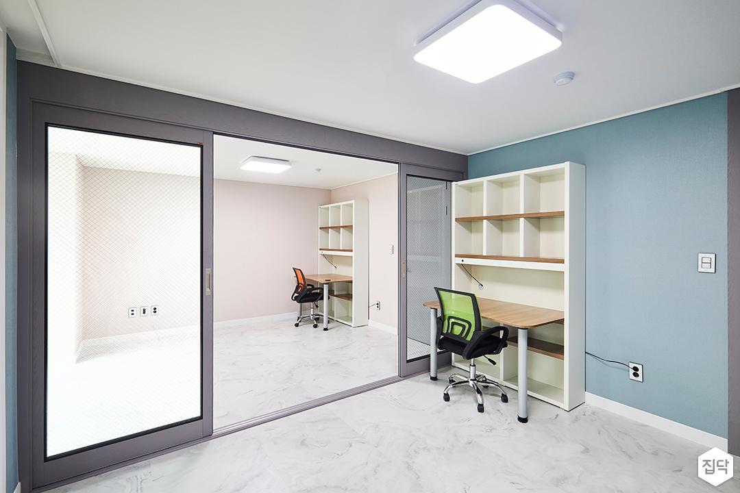 방,블루,그레이,슬라이딩도어,망입유리,비앙코카라라패턴,테이블