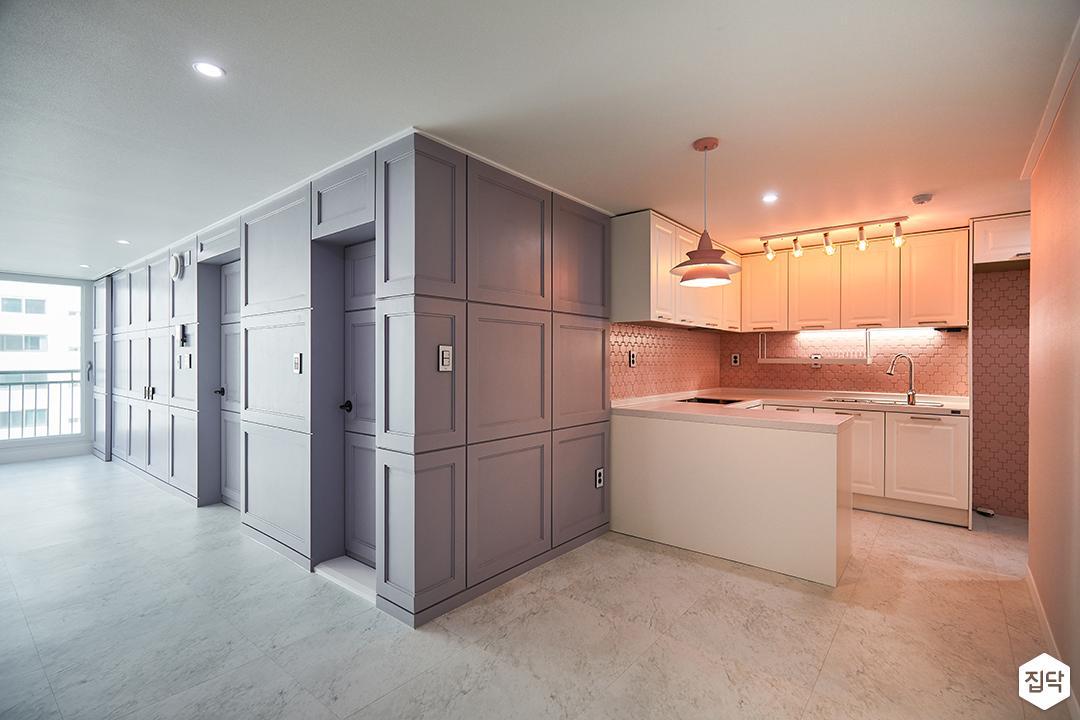 주방,심플,핑크,화이트,ㄷ자싱크대,펜던트조명,스팟조명,냉장고장