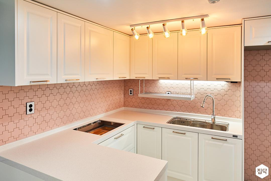 주방,심플,핑크,화이트,ㄷ자싱크대,웨인스코팅,스팟조명,냉장고장