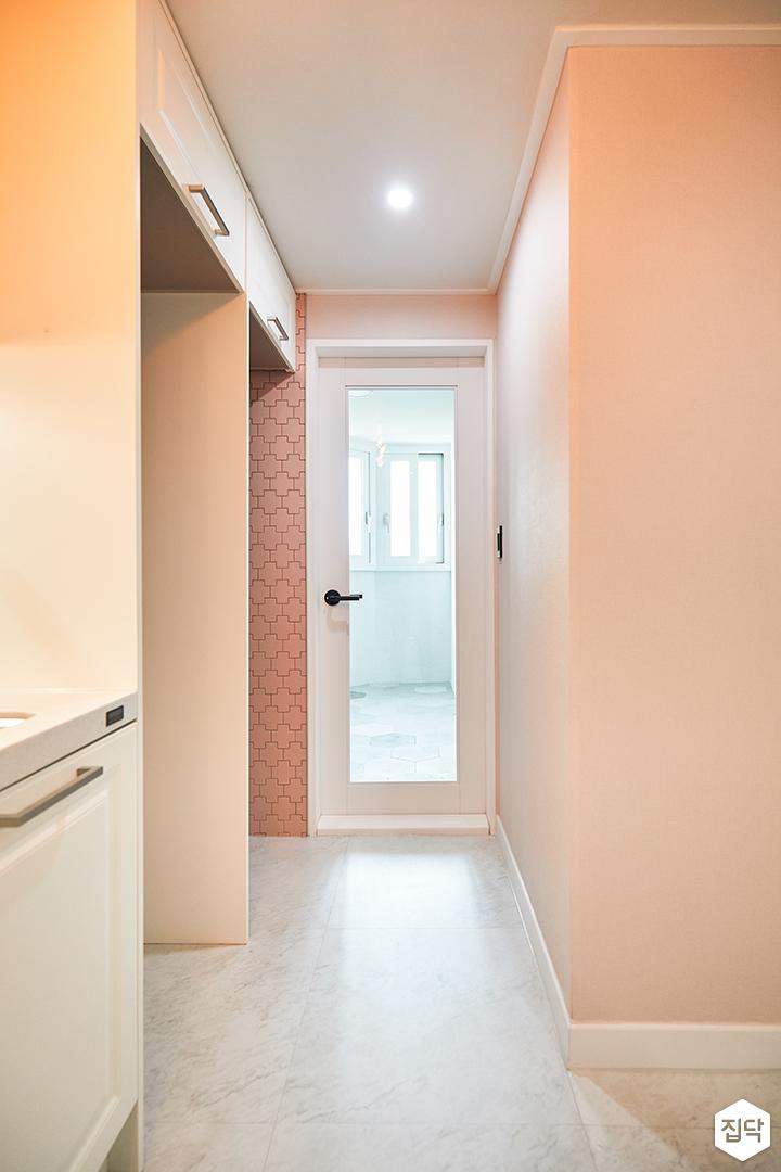 주방,심플,핑크,화이트,ㄷ자싱크대,웨인스코팅,터닝도어,냉장고장