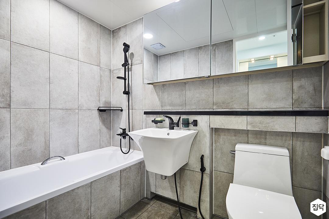 욕실,모던,그레이,욕조,젠다이,슬라이딩거울장,코너선반